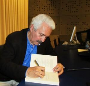 Páez firma el libro La Voz de la Diáspora