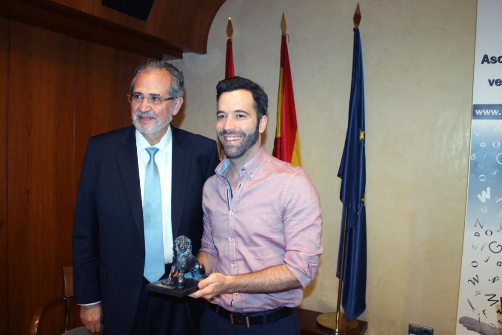 Ganador David Placer, entrega Miguel Henrique Otero