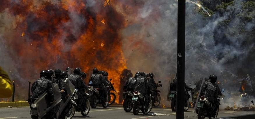 Explosión en Caracas al paso de un grupo de motoristas de la Guardia Nacional Bolivariana. Los enfrentamientos y las protestas marcaron la jornada de votación para dar forma a la Asamblea Nacional Constituyente | Agencia EFE