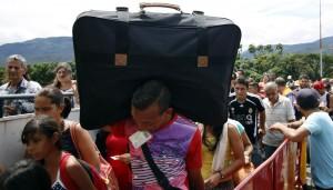 Venezolanos cruzan frontera en Colombia