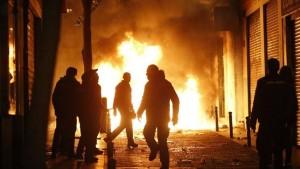 El resultado de la agitación podemita está a la vista, violencia en las calles con saldo de heridos, en su mayoría funcionarios policiales, daños a la propiedad y 6 detenidos, todos españoles, todos antisistema. (Fotografía cortesía EFE)