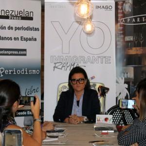"""Rayma pinta la maleta emocional venezolana en sus caricaturas de """"Yo Inmigrante"""""""
