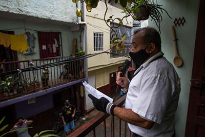 La Ventana TV (una versión de los aplausos europeos en las ventanas, pero dando noticias en el barrio La Cruz, Caracas). Fotos: Cristian Hernández